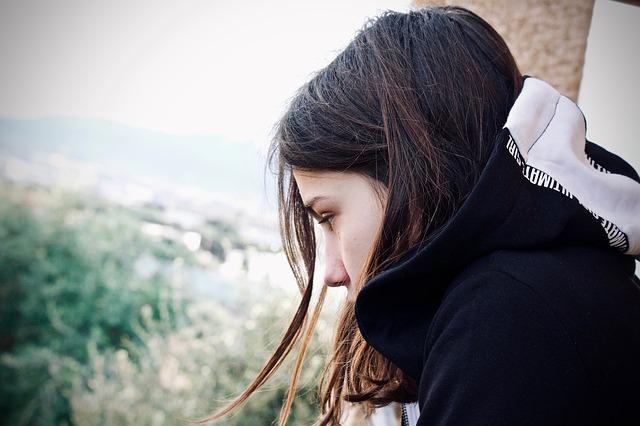 産後の白髪は治る?原因はストレスや睡眠・栄養不足かも
